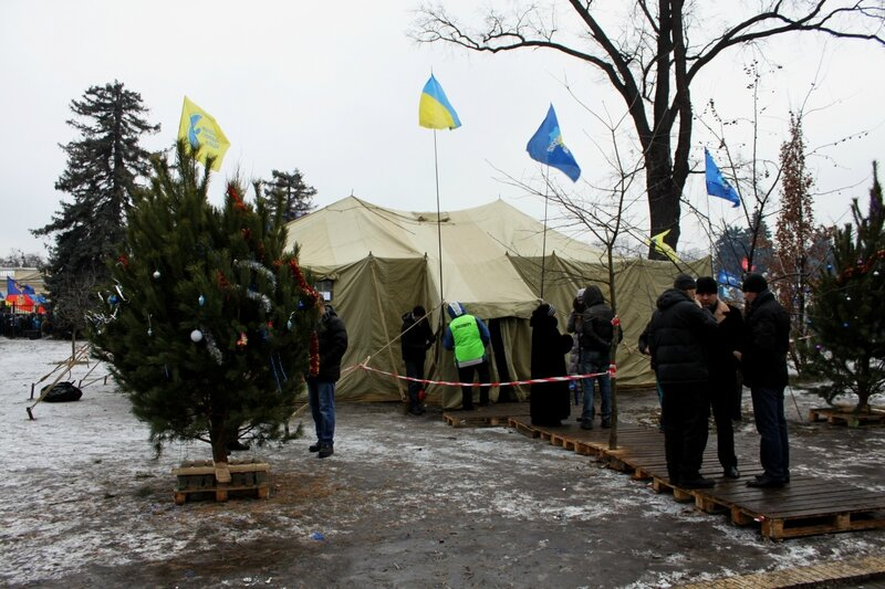 Палатка на площади Конституции