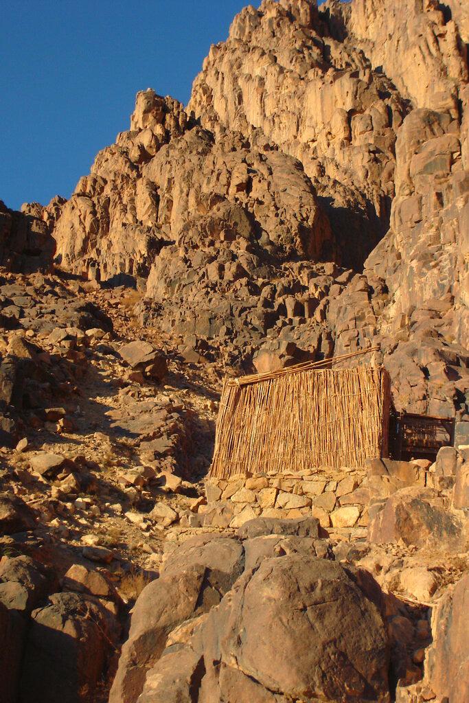 Фотография 11. Шалаш для бедуина на склоне горы Моисея. Отзывы туристов об экскурсиях в Египте