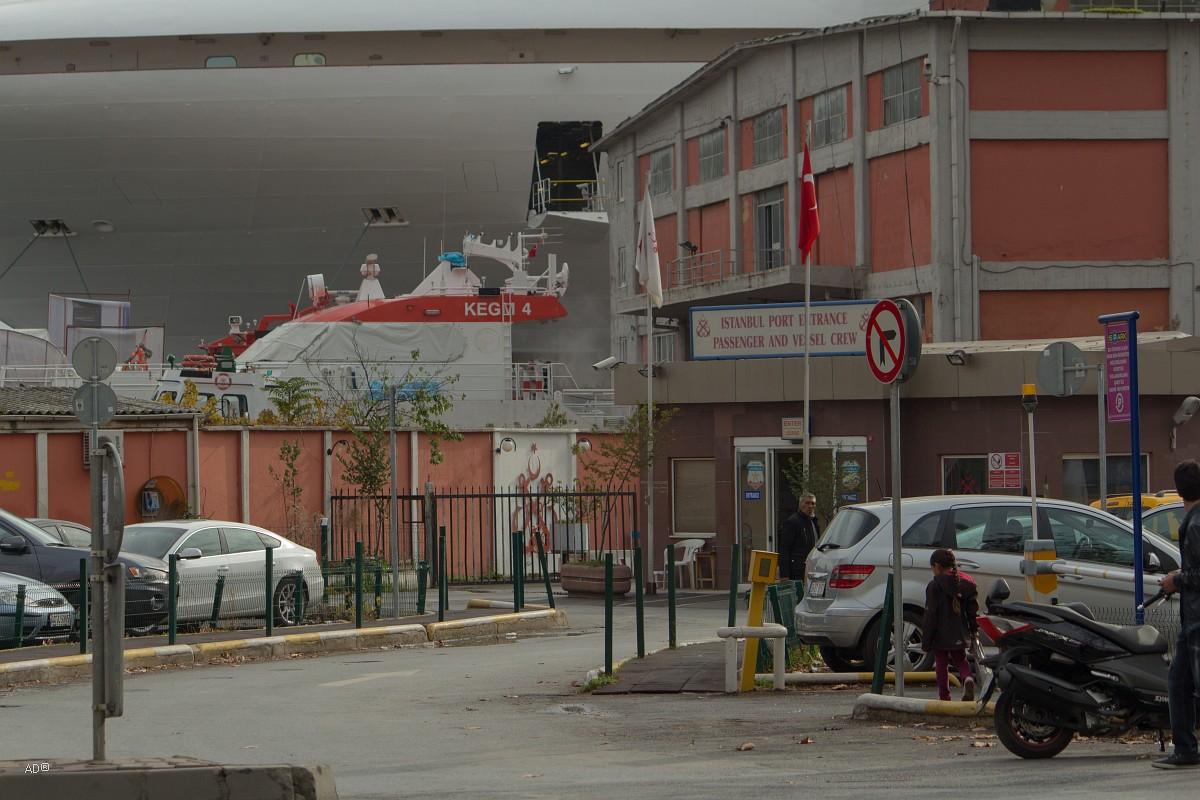 Круизный лайнер в Стамбульском порту