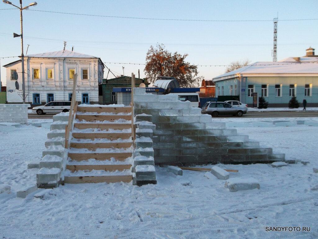 Строительство ледяного городка в Троицке