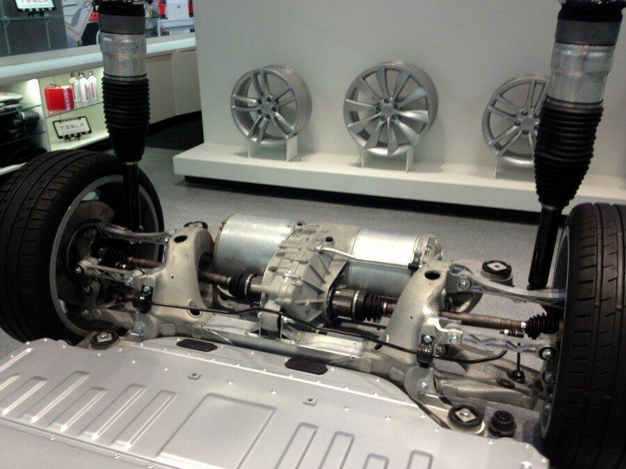 напряжение питания двигателя tesla model s