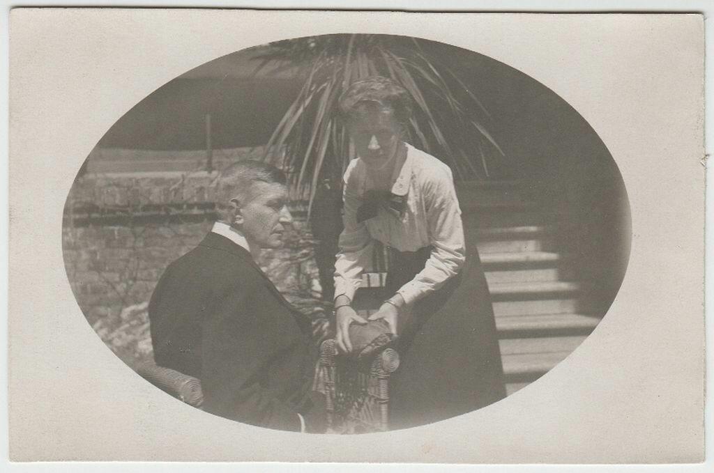 1916. Гвидо и Эвелин Майделл перед их домом в Заверце (Польша)
