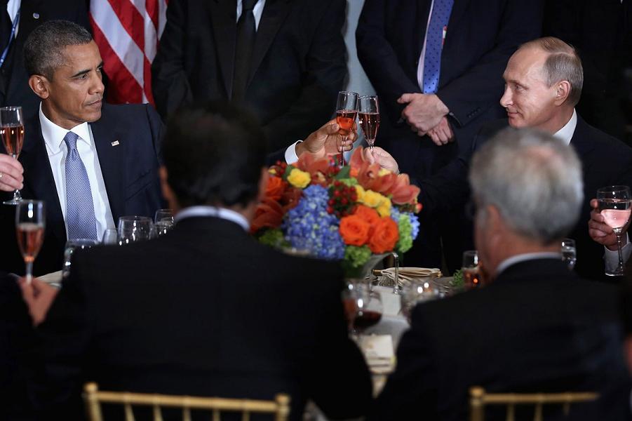 Обама и Путин чокнулись.png