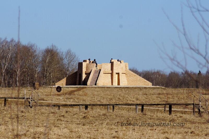 Пирамида с памятником четырем мудрецам, Этномир, Калужская обл.