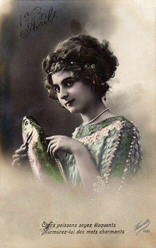 1 апреля. Девушка с рыбой открытка поздравление картинка