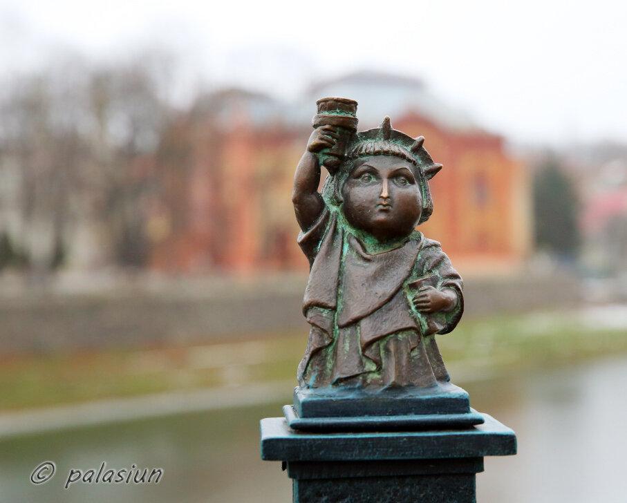 Ужгородська міні-скульптурка також причепурилася до Дня вишиванки