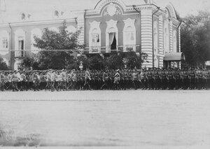Император Николай II , цесаревич Алексей  со свитой обходят строй полка во время парада полка.
