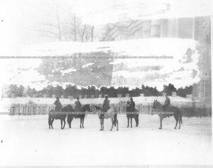 Император Николай II принимает рапорт командующего во время смотра полка.