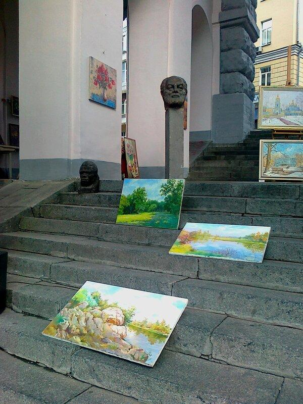 Выставка произведений искусств под аркой