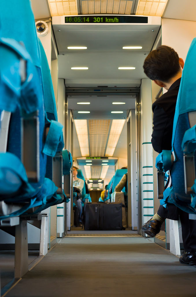 """18. Поезд на магнитной подушке """"Maglev"""" так и не набрал максимальной скорости. Только 301 км/час... Как добраться из Шанхая в аэропорт Пудун."""