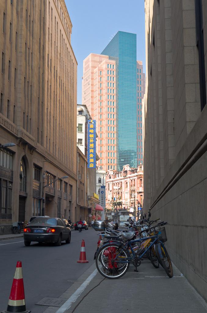 5. Это здание видно со стороны набережной Вайтань. Если смотреть в сторону станции метро East Nanjing Rd. Что посмотреть в Шанхае за 1 день во время поездки в Китай.