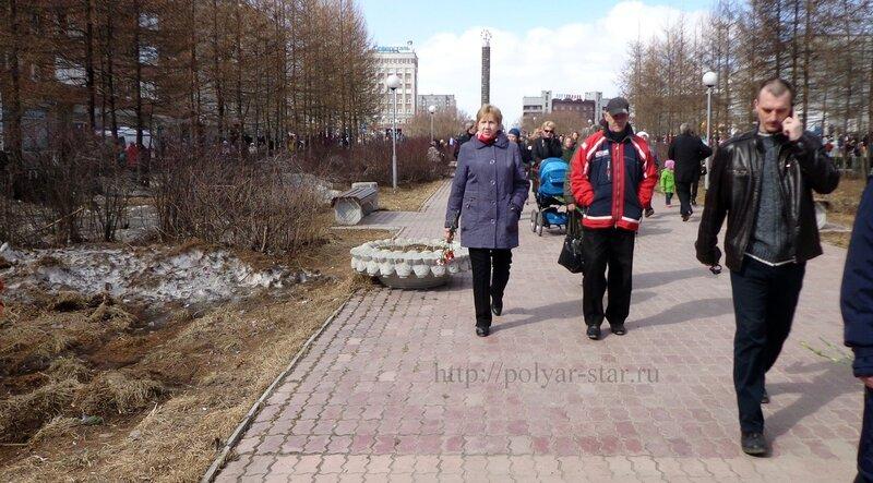 День Победы Олененегорске. Поток людей к могиле Неизвестного солдата