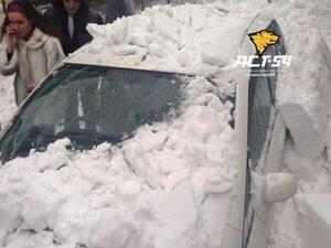 В Новосибирске продолжаются случаи схода снега с крыш на припаркованные автомобили