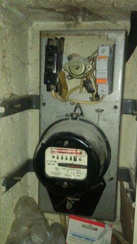 Фото 1. Квартирный электрощит. Общий вид. Один из штатных автоматов типа АБ 25 некоторое время назад был заменён на автоматический выключатель современного образца «Домовой» фирмы «Шнейдер Электрик» («Melin Gerin», «Schneider Electric»).