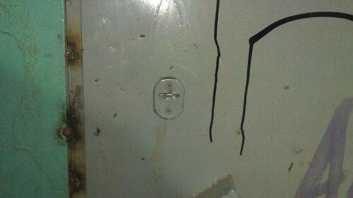Фото 3. Дверь в подвал оборудована врезным замком. Доступ в подвал закрыт.