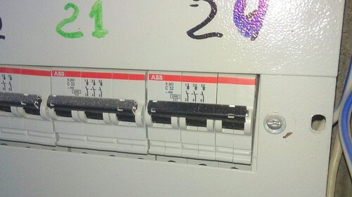 Фото 2. Вводные автоматические выключатели квартир в этажном электрощите.