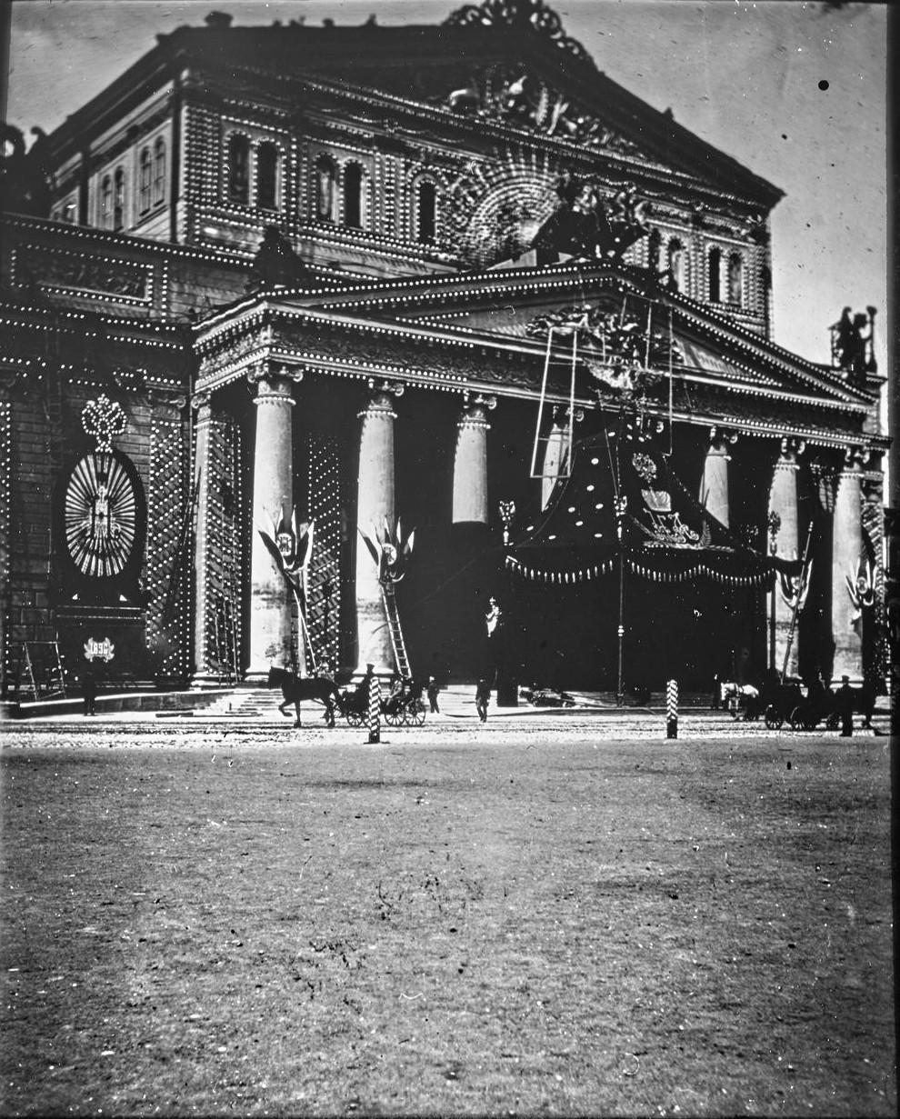 Украшенный к коронации фасад Большого театра