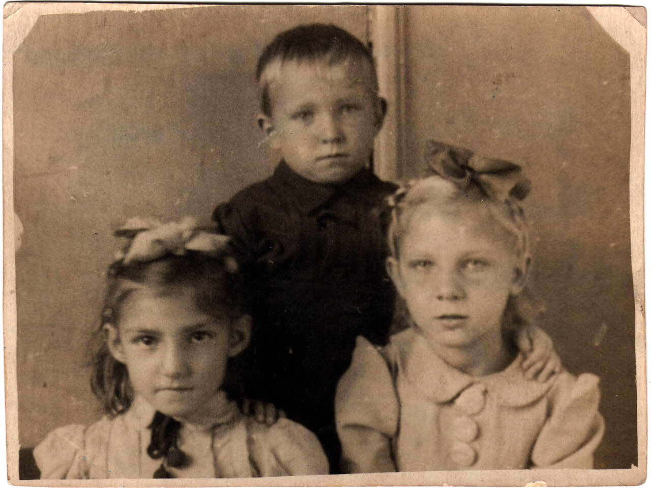 1945 .Нона, 8 лет, Светлана 7 лет и Валера 4 года