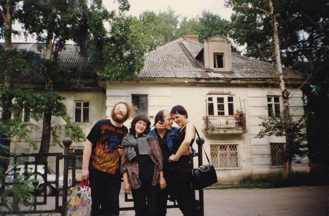 1997. Я и Сур из «Флиртов» в окружении поклонниц
