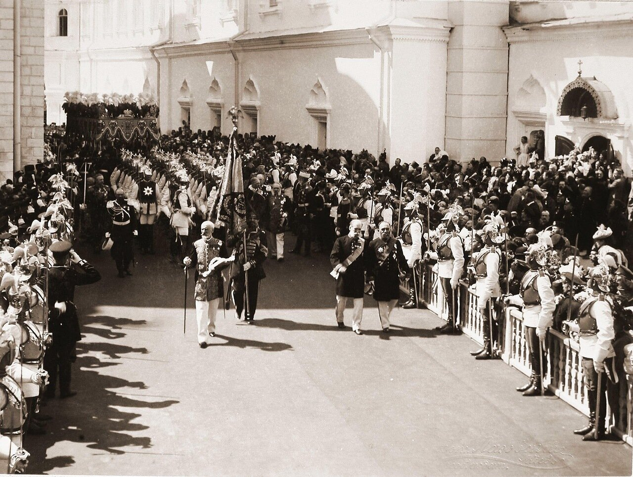 Взвод лейб-гвардии Кавалергардского полка, сопровождающий торжественное шествие императора Николая II и императрицы Александры Федоровны под балдахином, направляется после окончания церемонии торжественной коронации