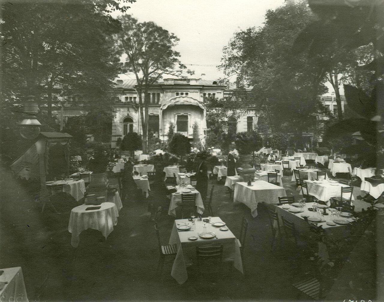 07. Столики в саду ресторана