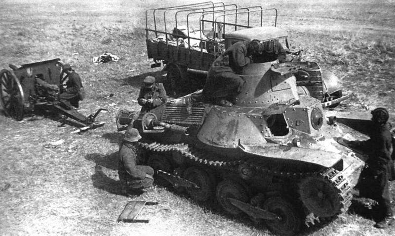 Советские танкисты осматривают брошенный на поле боя японский танк Тип 95