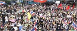 """В Таиланде тысячи демонстрантов вышли на """"мирный штурм"""""""