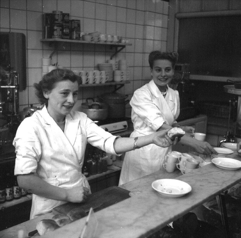 Serveersters in een broodjeszaak, Amsterdam, 17 oktober 1951Foto Ben van Meerendonk / AHF, collectie IISG, Amsterdam