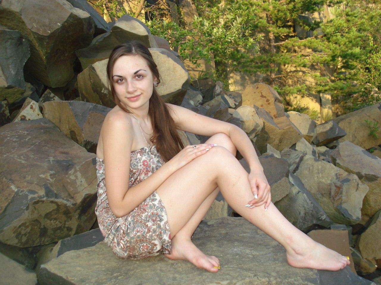 Симпатичная девчонка с длинной косой