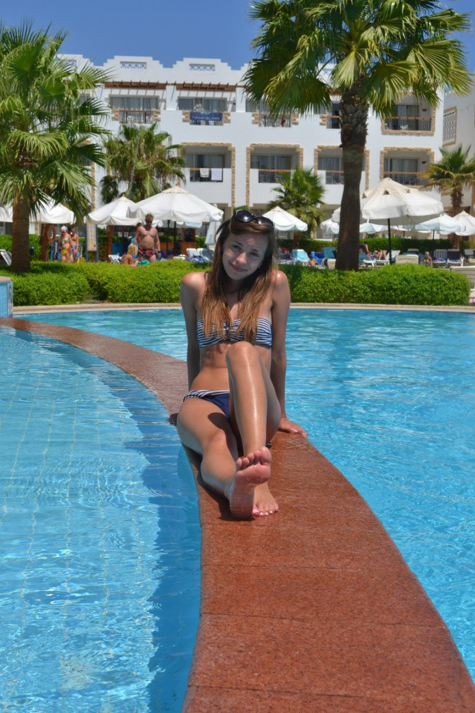 Девушка отдыхает на курорте в купальнике