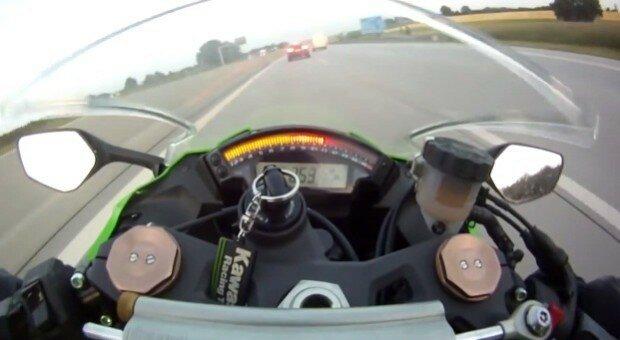 Байкер выжал 300 км/час на автобане