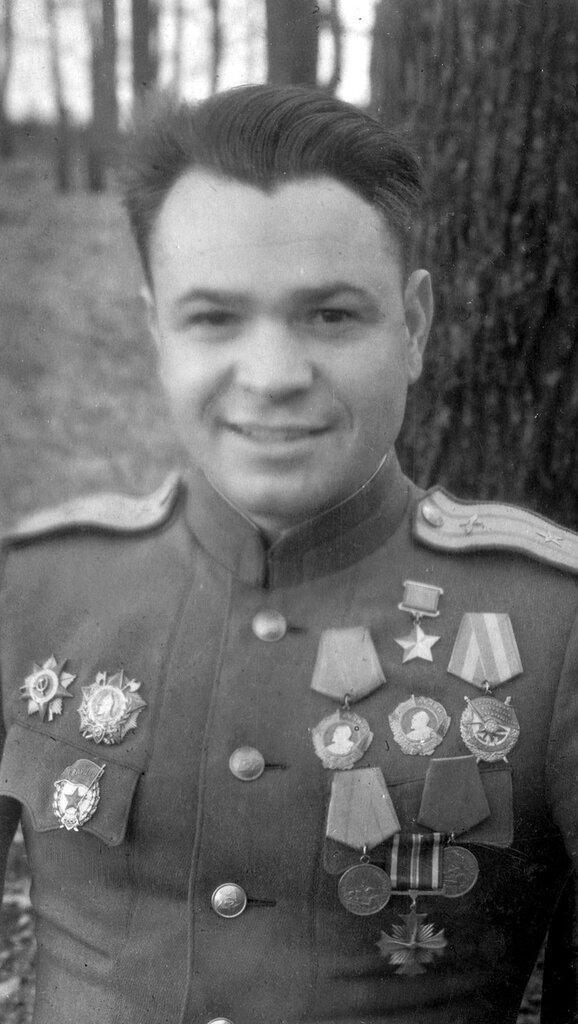 Герой Советского Союза летчик-штурмовик гвардии майор Василий Федорович Хохлачев (13.03.1918 — 10.01.1983).