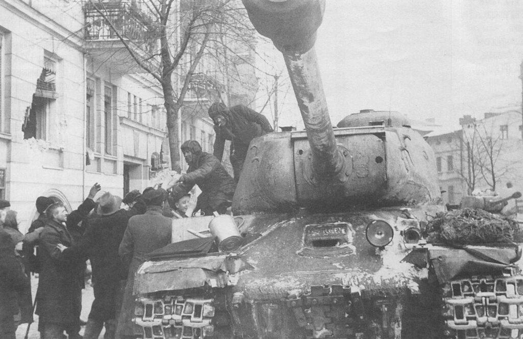 Жители Познани приветствуют советских танкистов-освободителей, сидящих на тяжелом танке ИС-2. 1-й Белорусский фронт. Февраль 1945