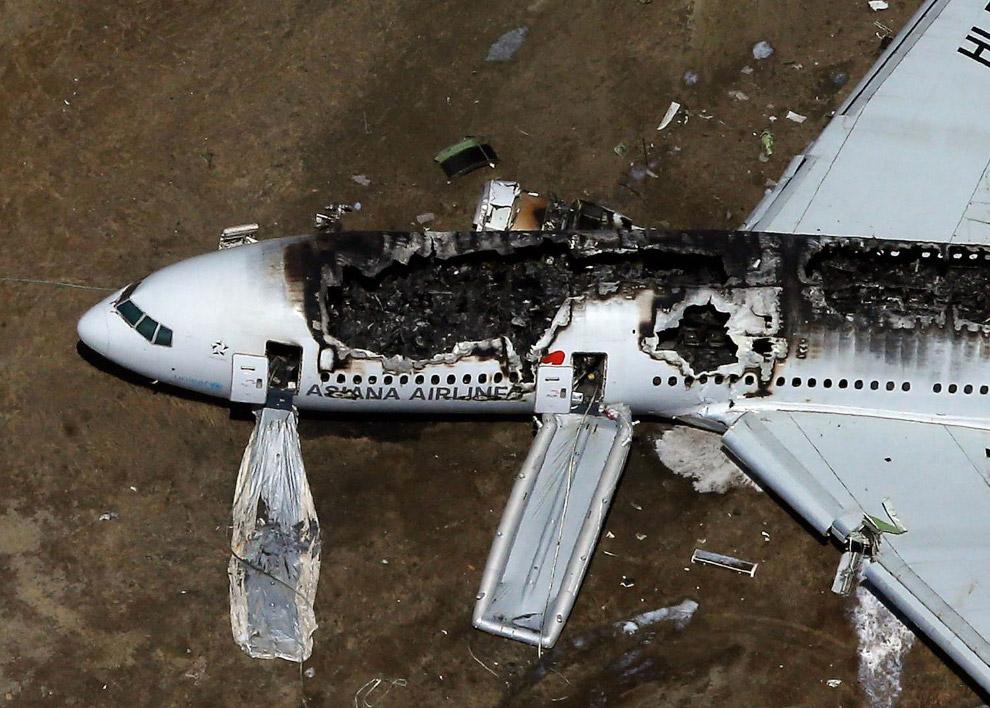 От удара у самолета оторвался хвост и левый двигатель, фюзеляж проскользил по полосе около 600 метро
