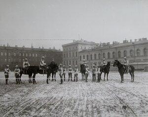 Группа офицеров лейб-гвардии конного полка на полковом плацу перед началом смотра.
