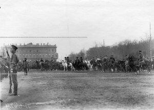Войска проходят церемониальным маршем мимо императора Николая II.