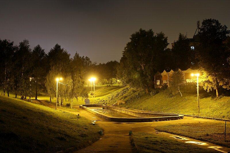Ночной вид на сквер и пруд в овраге Засора, освещенный фонарями IMG_7746