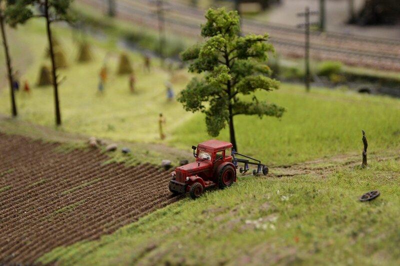 Гранд макет: трактор пашет поле