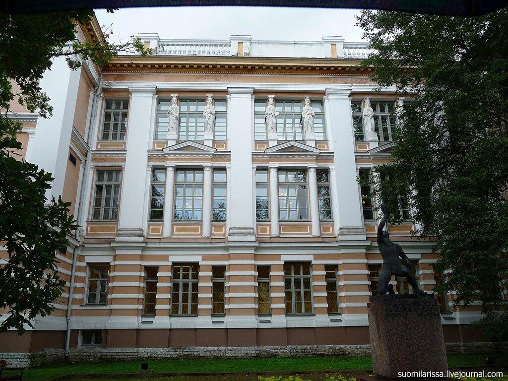 Бывшее Петровское реальное училище.