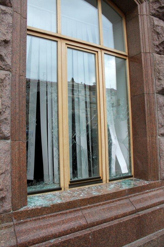 Разбитые окна мэрии