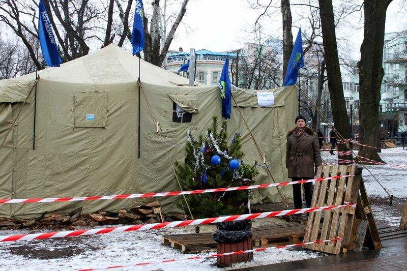 Новогодняя елка перед палаткой Антимайдана