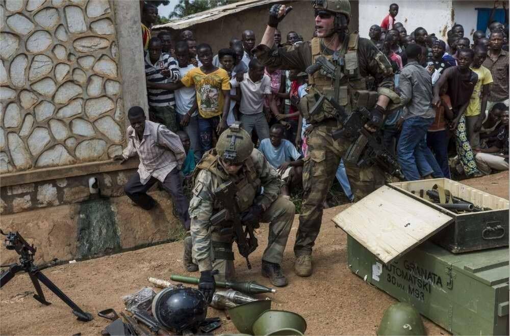 Небольшой арсенал, обнаруженный французскими военнослужащими из многонациональных сил по поддержанию порядка в Центральной Африке в одном из мусульманских домов