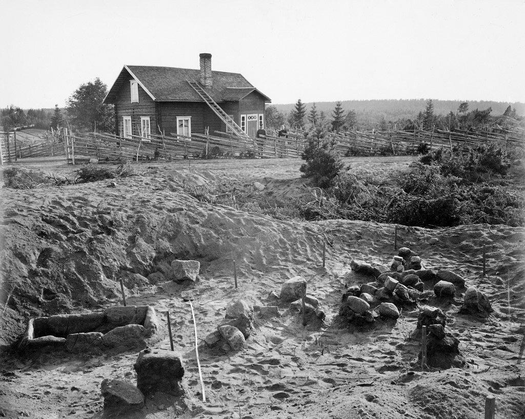 Археологические раскопки поселения каменного века в селе Лангбергсода на Аландских островах в Балтийском море.1890