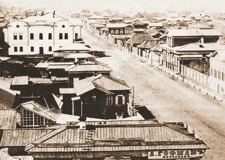 Вид Большой улицы в сторону Ангары с колокольни Благовещенской церкви. Фото А. К. Гофмана. 1865-1866