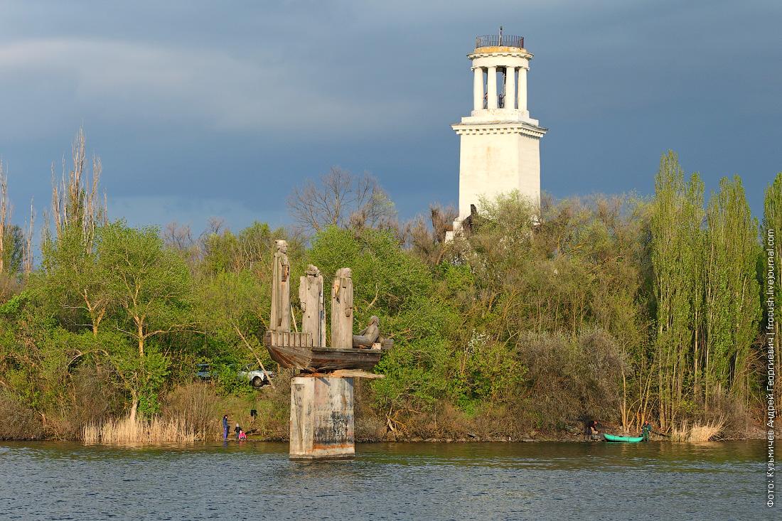 Памятник Степану Разину и маяк