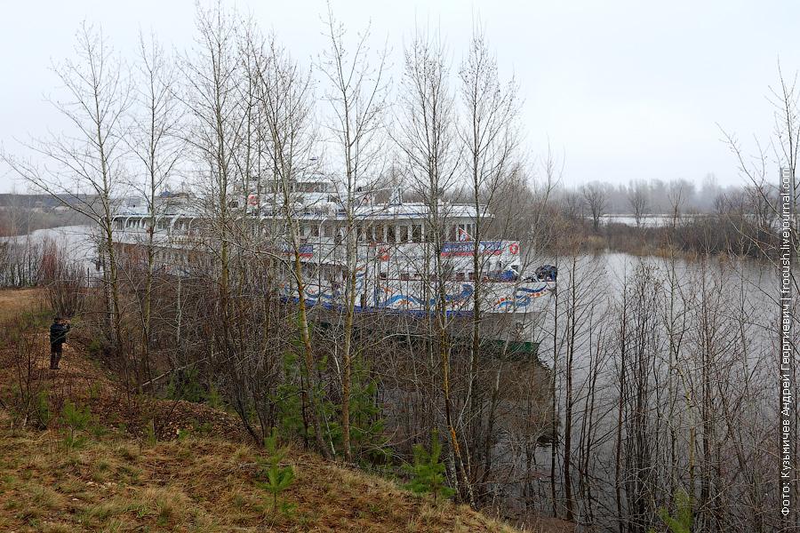 6 мая 2013 года. Река Вятка. Теплоход «Василий Чапаев» у причала поселка Медведок