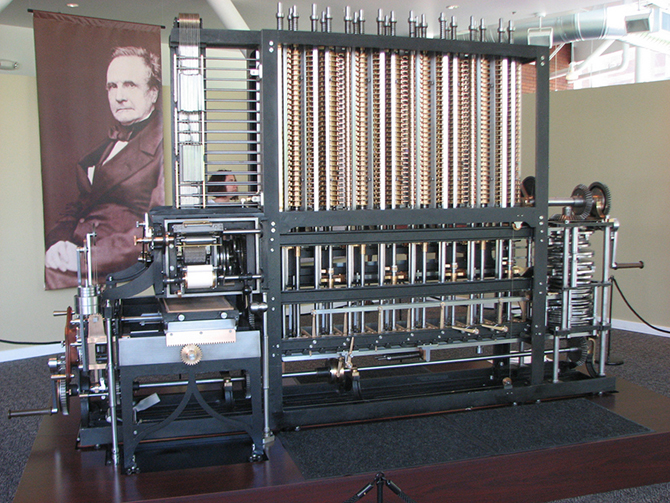 Первый действующий принтер в истории, сделанный на основе изобретения математика Чарльза Бэббиджа в 1834 году. Это громоздкая модель механического компьютера, который имел функцию автоматической печати.jpg