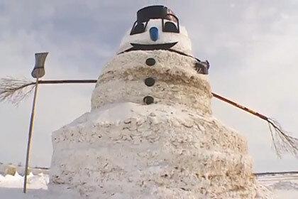 Фермер слепил снеговика высотой 15 метров