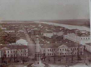 Вид на город с колокольни Николаевского собора; в центре- памятник  русским воинам.