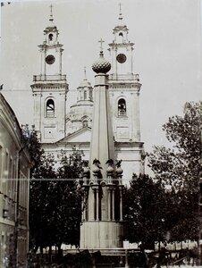 Вид на Николаевский собор; на первом плане - памятник  русским воинам.